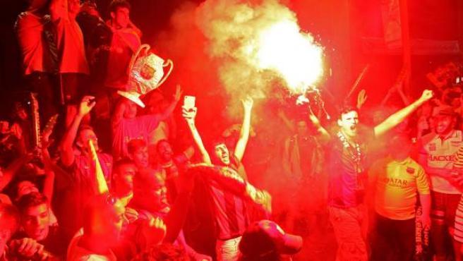 Los aficionados del FC Barcelona celebran en la Plaza de Canaletas, en Barcelona, la consecución de la Liga de Campeones.