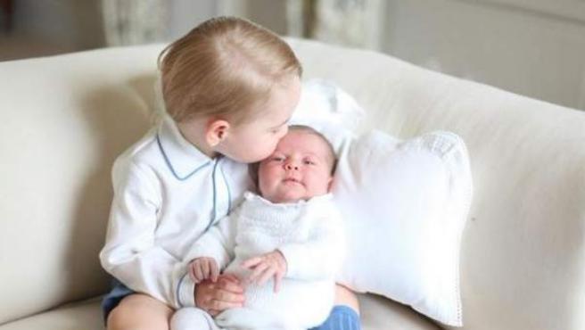 El príncipe George besa a su hermana, la princesa Charlotte.