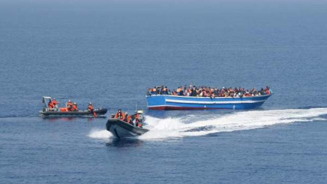 Imagen de las fuerzas armadas alemanas de rescatando a inmigrantes procedentes de las costas libias.