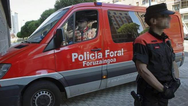 El furgón que traslada al ertzaina detenido el pasado jueves por la Policía Foral en el municipio navarro de Areso como presunto autor de los disparos que causaron la muerte a un camionero, a su llegada a la Audiencia, donde el ertzaina comparecerá ante el juez de guardia