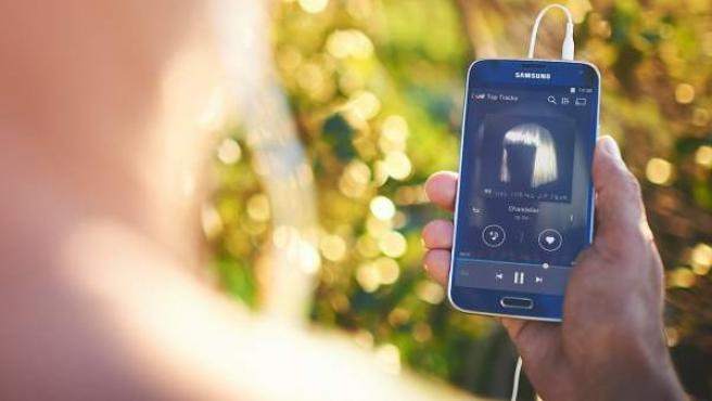 Un usuario de Deezer, utilizando su aplicación en el móvil.