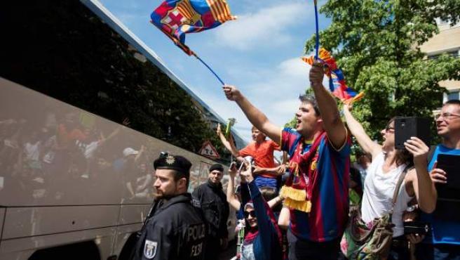 Así despidieron los hinchas del FC Barcelona a sus héroes en Berlín.