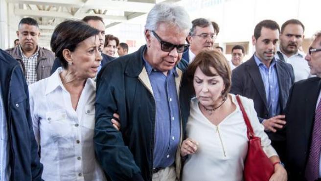 El expresidente español Felipe González (i) es acompañado de Mitzi Capriles (d), esposa del alcalde mayor de Caracas Antonio Ledezma y María Antonieta de López (i), madre del dirigente político opositor Leopoldo Lopez en el aeropuerto internacional Simón Bolívar, ubicado en Maiquetia (Venezuela).