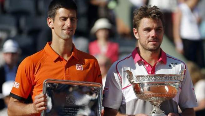 Djokovic (izquierda) y Wawrinka posan con sus respectivos trofeos de Roland Garros.