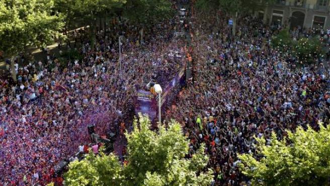 Los jugadores del FC Barcelona recorren en autobús las calles de Barcelona, para celebrar con la afición el título de Liga de Campeones logrado ayer tras vencer al Juventus de Turín en el estadio Olímpico de Berlín.