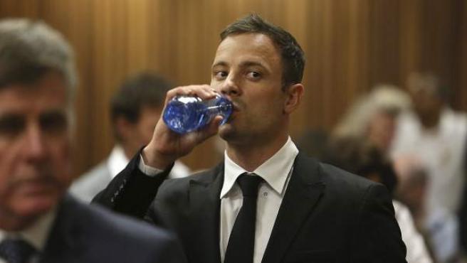 El atleta sudafricano Oscar Pistorius durante el cuarto día de procedimientos antes de que la jueza dicte sentencia contra él por matar a su novia Reeva Steenkamp.