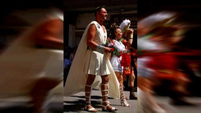 Sancionada con 300 euros de multa por llevar una falda demasiado corta en la procesión.