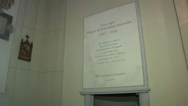 Placa en la que se indica que los restos del escritor Miguel de Cervantes descansan en la iglesia de San Ildefonso del convento de las Trinitarias.