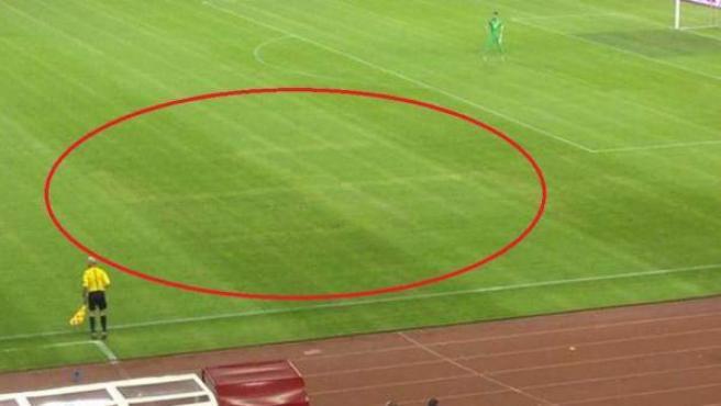En un círculo, esvástica dibujada en el césped del estadio Poljud de Split, en Croacia.