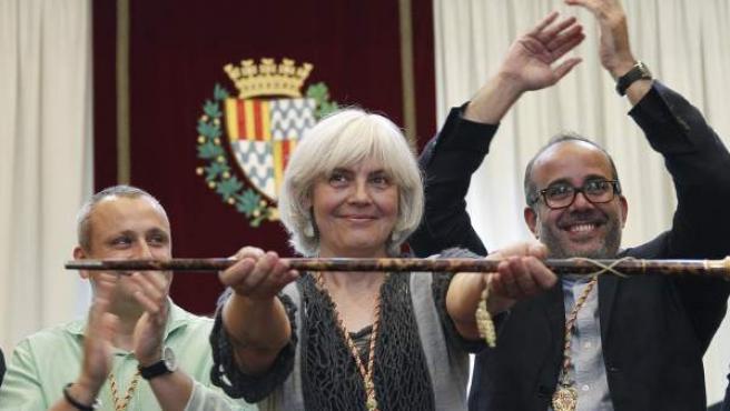 Dolors Sabater, de Guanyem Badalona en Comúú (CUP y Podemos), posa con el bastón de mando tras ser investida alcaldesa de Badalona.