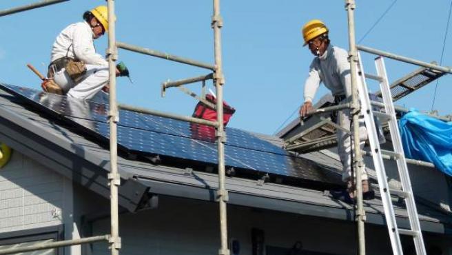 Instalación de paneles solares en el tejado de una vivienda.