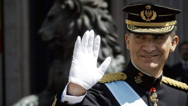 El nuevo monarca preside a las puertas del Congreso el primer desfile militar tras su proclamación, antes de comenzar su recorrido por las calles de Madrid.