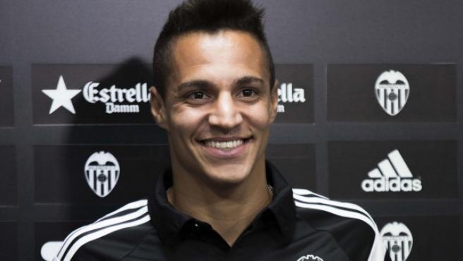 El delantero hispanobrasileño Rodrigo Moreno posa con la camiseta del Valencia Club de Fútbol tras confirmarse su fichaje.