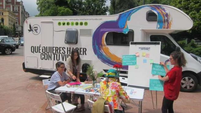 La caravana de '¿Qué quieres hacer con tu vida? en la Plaza de la Escandalera.