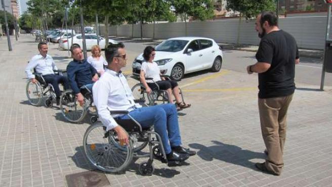 Los empresarios se ponen en la piel de una persona en silla de ruedas