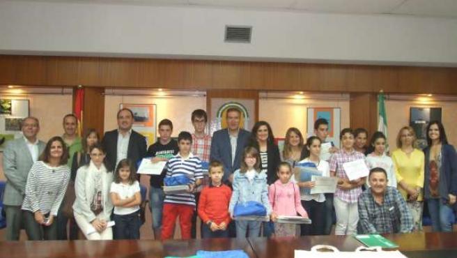 Quirós y Caballero, en el centro, con participantes en el concurso de Educaves.