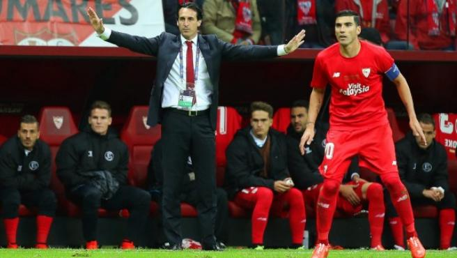 Unai Emery reparte instrucciones en la banda mientras el jugador José Antonio Reyes observa las evoluciones del juego hispalense.