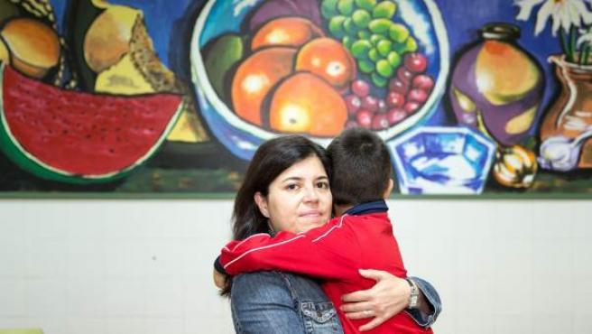Gema, con su hijo en el comedor del colegio Francisco Arranz.