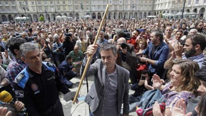El nuevo alcalde de A Coruña y líder de la Marea Atlántica, Xulio Ferreiro, sostiene el bastón tras ser proclamado regidor de la capital herculina.