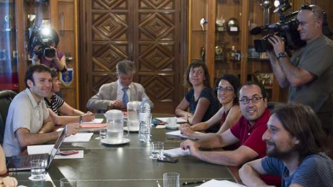 El alcalde de Zaragoza, junto a sus concejales en la primera reunión de su recién estrenado equipo de gobierno municipal.