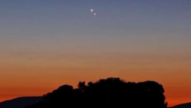 Los planetas Júpiter y Venus en el cielo de poniente