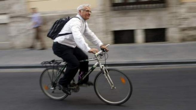 Joan Ribó, alcalde de Valencia, acudiendo al Consistorio en bicicleta.