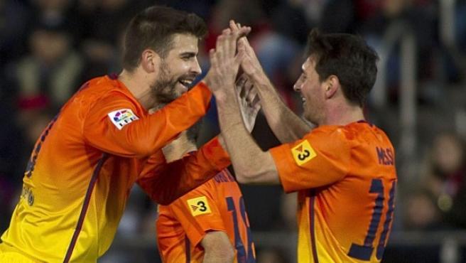 El defensa del Barcelona Gerard Piqué celebra uno de los goles de su equipo junto a Leo Messi durante el partido frente al Mallorca.