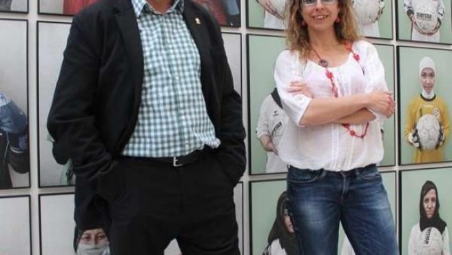 Gervasio Sánchez y Mónica Bernabé ante imágenes de 'Afganistán. Mujeres'