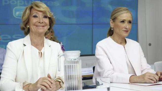 La presidenta del PP de Madrid, Esperanza Aguirre (izq), y la candidata a la Comunidad de Madrid por el Partido Popular, Cristina Cifuentes, durante la reunión del Comité Ejecutivo Regional.