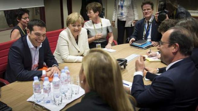Tsipras, Hollande y Merkel durante una reunión.