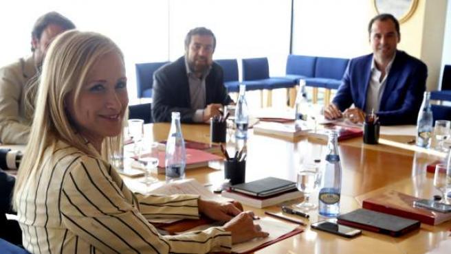 La candidata del PP a la Presidencia autonómica, Cristina Cifuentes, durante la reunión que ha mantenido con el portavoz de Ciudadanos, Ignacio Aguado