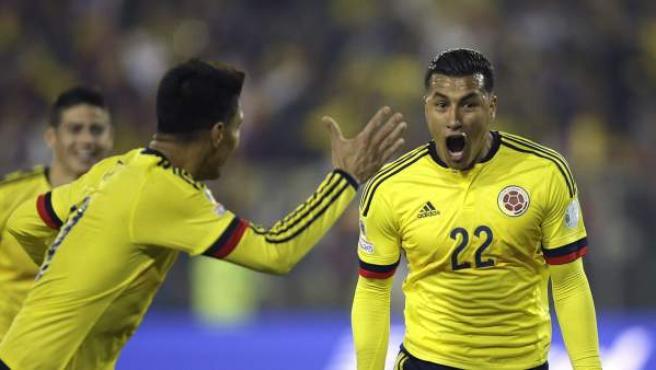 El defensa colombiano Jeison Murillo (d) celebra el gol marcado a la selección brasileña durante el partido Brasil-Colombia, del Grupo C de la Copa América de Chile 2015.