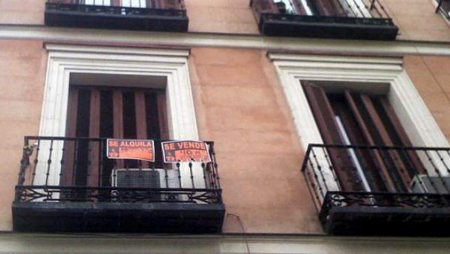 En el balcón de un piso el cartel de Se Vende y Se Alquila.