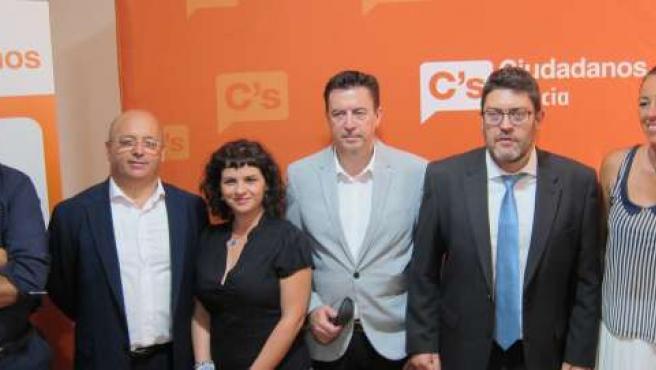 Miguel Sánchez, segundo por la derecha, junto al equipo de C's