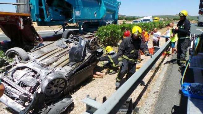 Accidente tráfico vuelco coche camión bomberos CPB carretera
