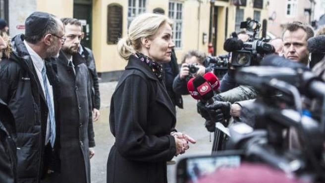 La primera ministra danesa, Helle Thorning-Schmidt, atiende a los medios tras los atentados de Copenhague.