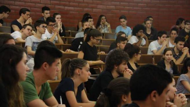 Algunos de los más de 32.000 alumnos catalanes que este junio de 2015 realizan la selectividad.