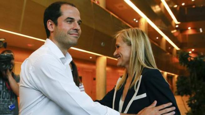 La candidata del PP a la Presidencia de la Comunidad de Madrid, Cristina Cifuentes, junto al candidato de Ciudadanos, Igancio Aguado