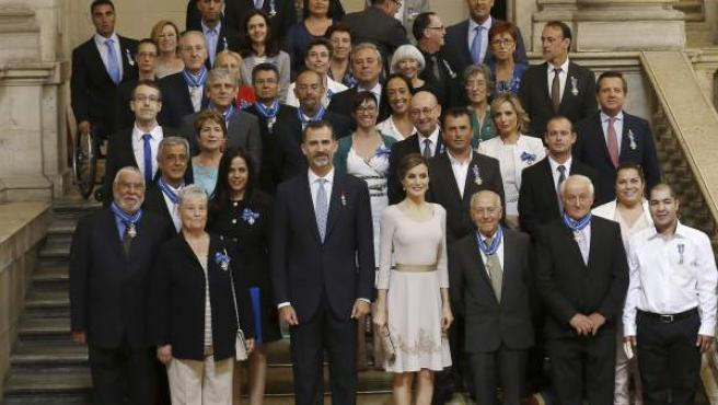 Los reyes posan junto a los galardonados durante la ceremonia de imposición de condecoraciones de la Orden del Mérito Civil, en el aniversario de la proclamación de Felipe VI.
