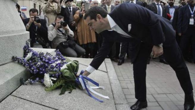 El primer ministro griego, Alexis Tsipras, deposita flores ante el monumento al conde Ioannis Kapodistrias, diplomático del Imperio ruso, en San Petersburgo (Rusia).