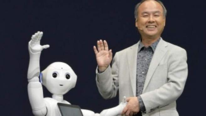 Pepper, junto a Masayoshi Son, CEO of Softbank.