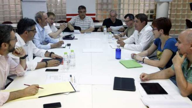 Los equipos negociadores del PSPV y de Compromís durante una reunión sobre el gobierno de la Generalitat Valenciana.