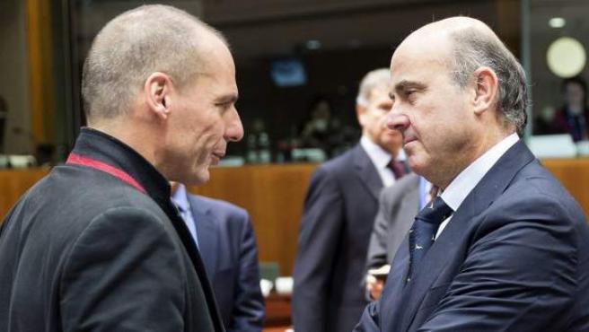 El ministro español de Economía, Luis de Guindos (dcha), conversa con el ministro griego de Finanzas, Yanis Varoufakis, en Bruselas (Bélgica).