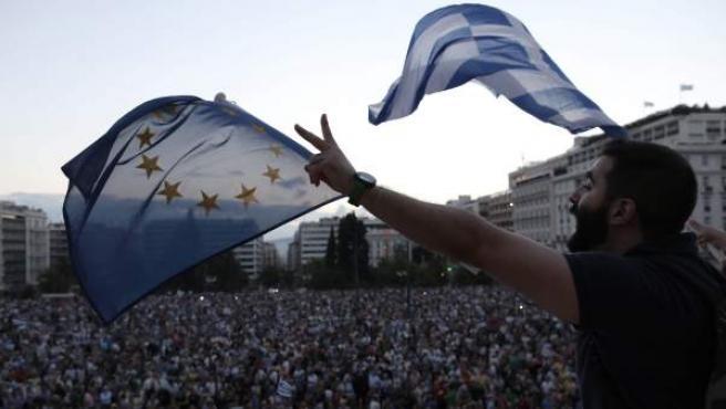 Manifestantes ondean banderas griegas y de la Eurozona, en una concentración frente al parlamento esta semana.