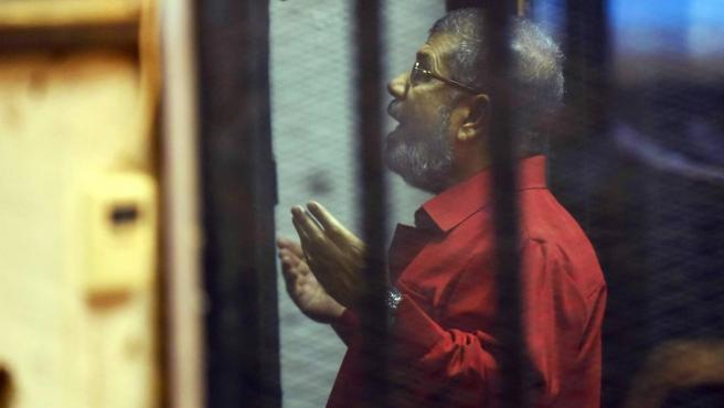 El expresidente de Egipto, Mohamed Morsi, comparece ante un tribunal de El Cairo.