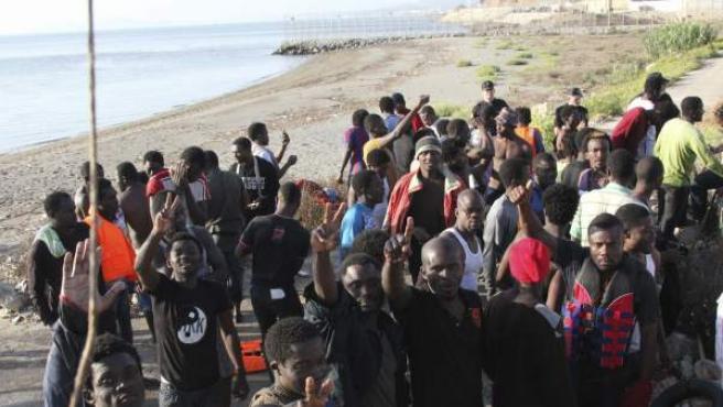 Un grupo de inmigrantes en la playa del Tarajal, en Ceuta, en una imagen de archivo.