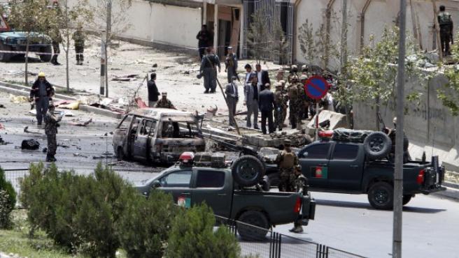 Miembros de las fuerzas de seguridad afganas refuerzan los alrededores del Parlamento en Kabul (Afganistán). Varias explosiones y un tiroteo se produjeron este lunes en las inmediaciones de la cámara baja afgana en Kabul mientras los parlamentarios se encontraban en una sesión en un ataque reivindicado por los talibanes, informó a Efe una fuente oficial.