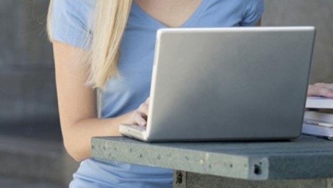 Una mujer durante una consulta en el ordenador en una imagen de archivo.
