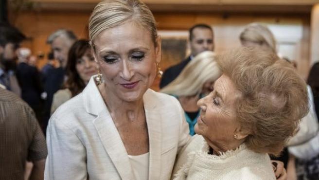 Cristina Cifuentes, junto a su madre antes ser investida presidenta regional por el pleno de la Asamblea de Madrid