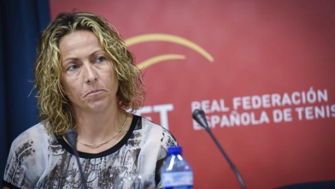 La capitana del equipo de Copa Davis, Gala León, durante la rueda de prensa ofrecida en Madrid el miércoles 24 de junio de 2015 junto al presidente de la Real Federación Española de Tenis (RFET) José Luis Escañuela.
